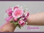 Bransoleta kwiatowa wykonana z róż gałązkowych i gipsówki