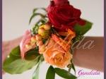 Bransoleta kwiatowa wykonana z pomarańczowych róż, cantedeskii, crocosmii, craspedii