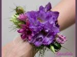 Bransoleta kwiatowa wykonana z fioletowej eustomy, groszku pachnącego, nigelli, margerytki