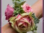 Bransoleta kwiatowa wykonana z róż i eustomy z dodatkiem hedery.