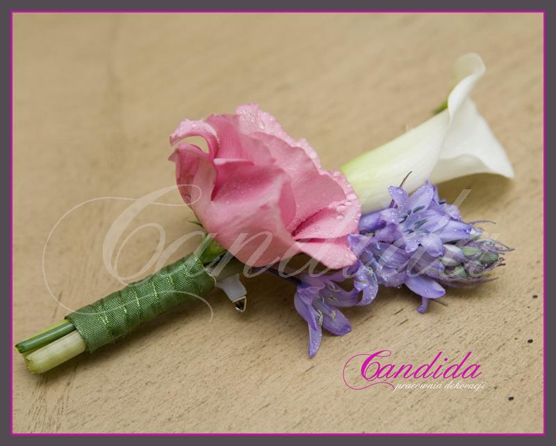 Butonierka dla Pana Młodego wykonana z białej cantedeskii, różowej eustomy, fioletowego ornitogalum