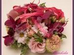 kwiatowa poduszka na obrączki wykonana ze storczyka, róży gałązkowej i eustomy
