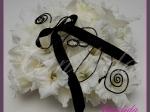 kwiatowa poduszka na obrączki wykonana z  białego mieczyka