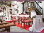 dekoracja ślubna kościoła, kandelabry z kompozycją kwiatową