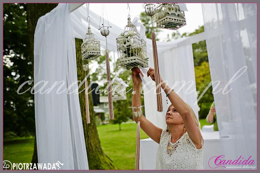 dekoracje kwiatowe miejsca ślubu w plenerze