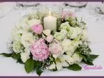 Dekoracja stołów gości - lampion z wiankiem z kwiatów, kompozycja wykonana z różowych i białych piwonii, lilii, białych róż, pistacjowej eustomy