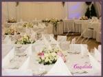 Dekoracja stołów gości - lampiony z wiankami z kwiatów, kompozycje wykonane z różowych i białych piwonii, lilii, białych róż, pistacjowej