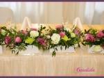 Dekoracja stołu Młodej Pary wykonana z różowej eustomy, pistacjowego mieczyka