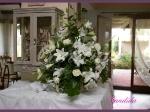 Dekoracja bufetu z białych lilii, białych róż