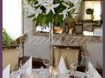 Dekoracja stołów gości z białych lilii