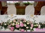 Dekoracja stołu Młodej Pary wykonana z piwonii, róż