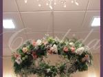 Wianek kwiatowy wykonany z eustomy. frezji i róż
