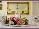 kompozycja kwiatowa z lampionem, dekoracja stołu weselnego
