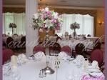 dekoracja stołu weselnego kompozycja kwiatowa na kandelabrze ze świecami