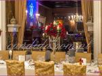 dekoracja weselna w restauracji Pod Gigantami kompozycje kwiatowe z róż na kandelabrach dekoracja stołu gości