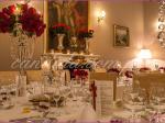 dekoracja weselna w restauracji Pod Gigantami kompozycje kwiatowe z róż na kandelabrach dekoracja stołu gości dekoracja stołu Młodej Pary
