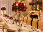 dekoracja weselna w restauracji Pod Gigantami kompozycje kwiatowe z róż na kandelabrach dekoracja stołu gości dekoracja stołu Młodej Pary 3