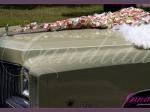 Dekoracja samochodu wykonana z serca z płatków róż i białych skrzydeł