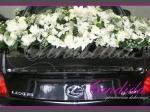 Dekoracja tyłu samochodu w formie kwiatów wypadających z samochodu
