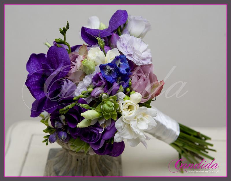 Wiązanka ślubna wykonana z  fioletowej róży, eustomy, białej  frezji i storczyka Vanda -arm buquet