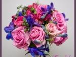 Wiązanka ślubna wykonana z różowej róży, delphinium, różowej róży gałązkowej