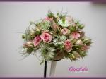 Wiązanka ślubna z różowych róż gałązkowych, czarnuszki