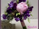 Wiązanka ślubna z różowej piwonii, groszku pachnącego, nigelii, fioletowej eustomy