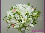 Wiązanka ślubna z białych róż, białych frezji, różowych róż