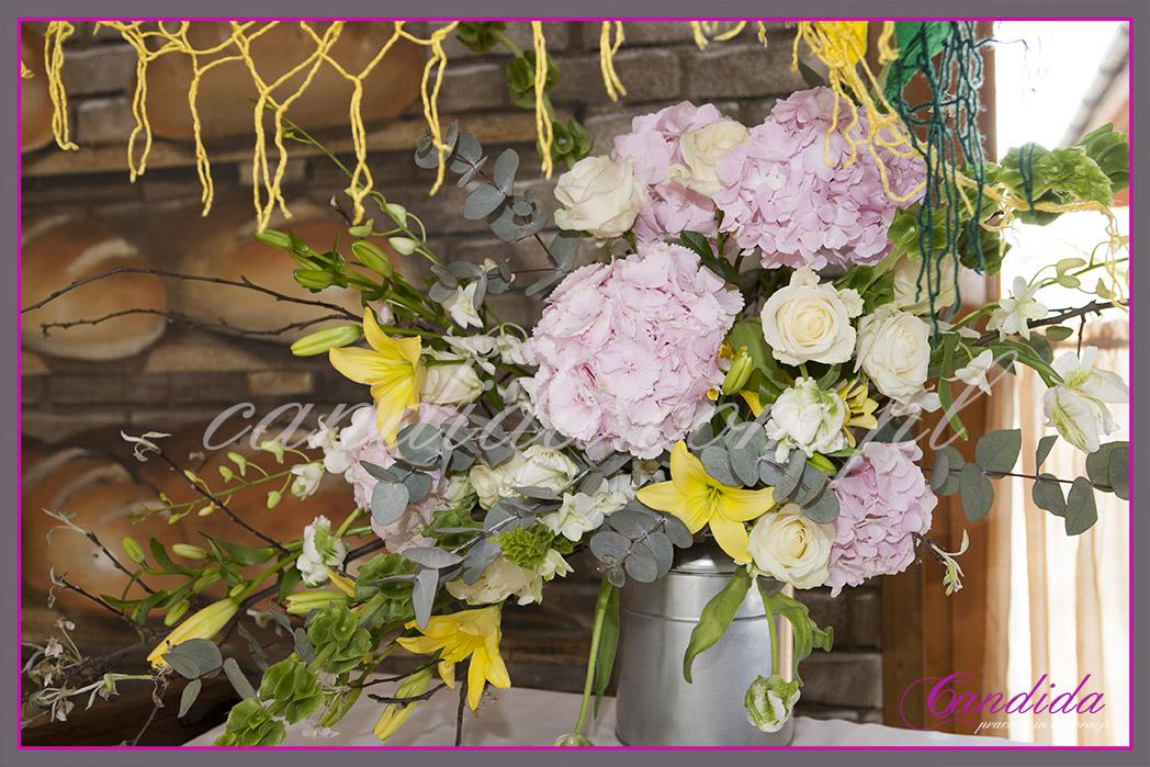 """kompozycja kwiatowa na """"wiejski"""" stół w konewce"""