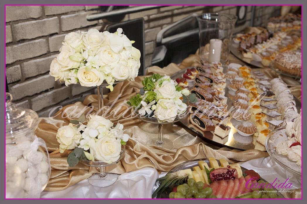 """dekoracja kwiatowa stołu z deserami """"torty kwiatowe"""""""