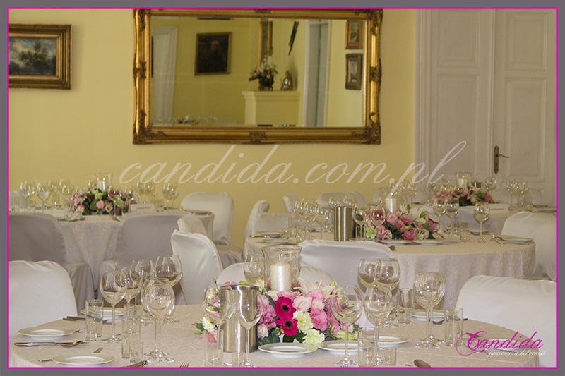 wesele w Dworze Radzin, dekoracje sali weselnej, dekoracja stołów gości weselnych, niskie kompozycje kwiatowe