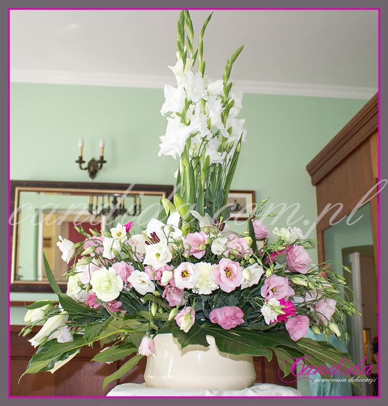 wesele w Dworze Radzin, dekoracje sali weselnej, dekoracja stołów gości weselnych, duża kompozycja na bufet