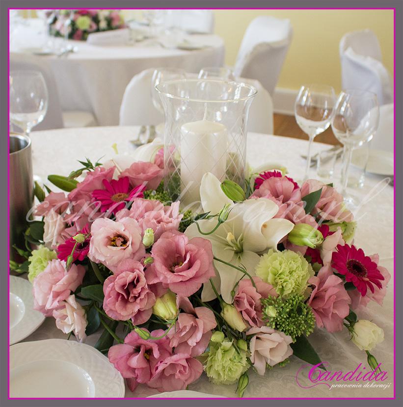 wesele w Dworze Radzin, dekoracje sali weselnej, dekoracja stołów gości weselnych, niska kompozycja kwiatowa ze świecznikiem 2