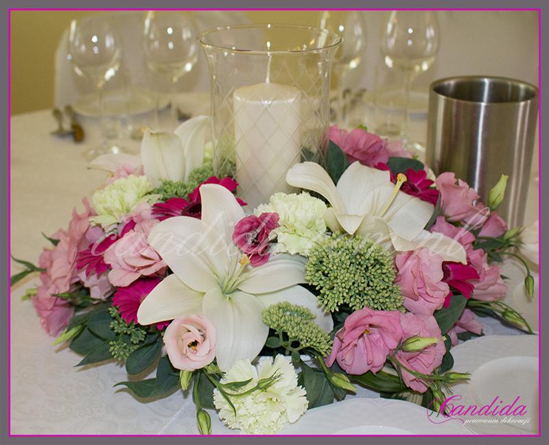 wesele w Dworze Radzin, dekoracje sali weselnej, dekoracja stołów gości weselnych, niska kompozycja kwiatowa ze świecznikiem