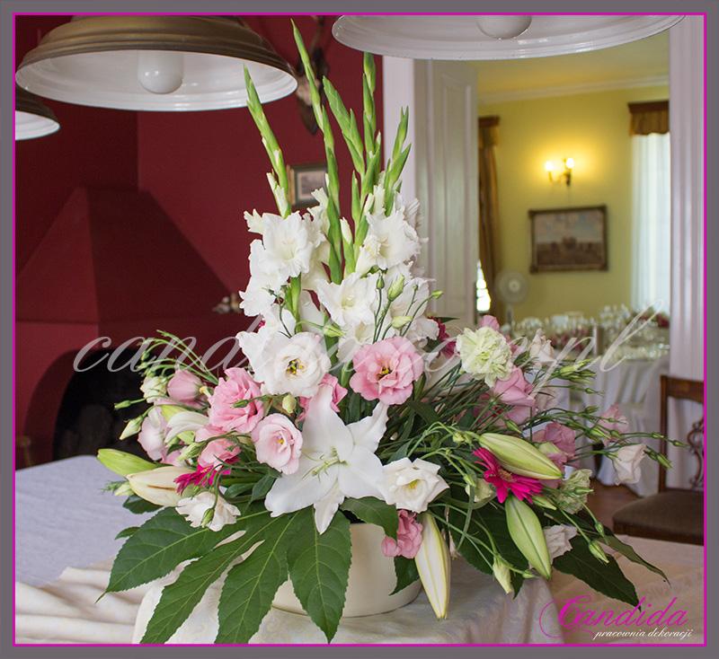 wesele w Dworze Radzin, dekoracje sali weselnej, dekoracja stołów gości weselnych, duża kompozycja na bufet 2