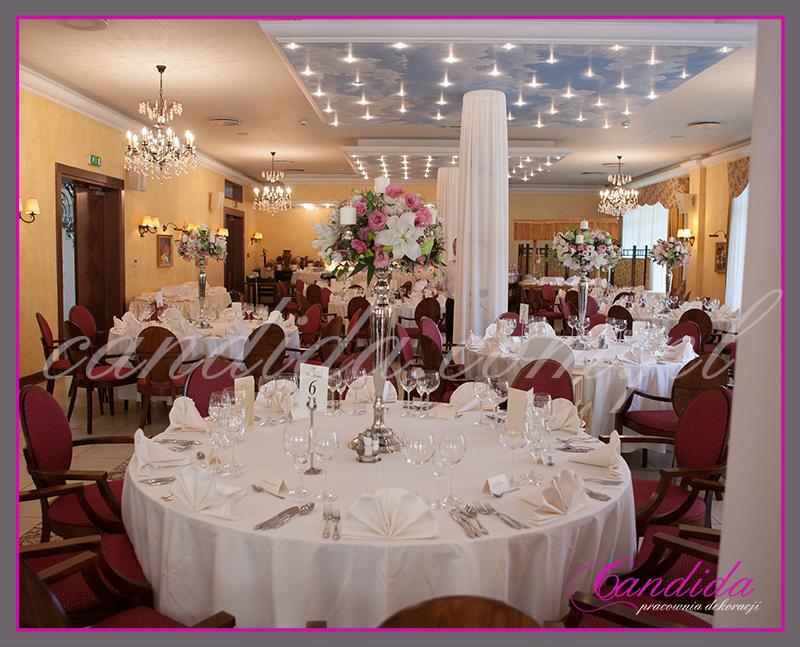 dekoracje weselne w hotelu Pan Tadeusz, wesele w hotelu Pan Tadeusz, dekoracje stołów i sal weselnych, kandelabry z kwiatowymi kompozycjami i świecami