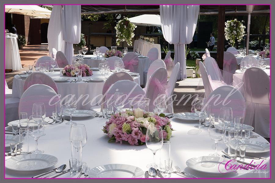 wesele w Boathouse, dekoracja weselna stołów gości, niskie kompozycje kwiatowe