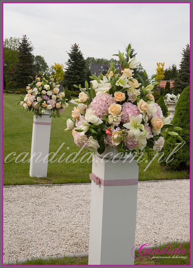 ślub w plenerze w Pałacyku w Otrębusach, dekoracje ślubu plenerowego, duże kompozycje kwiatowe na postumentach
