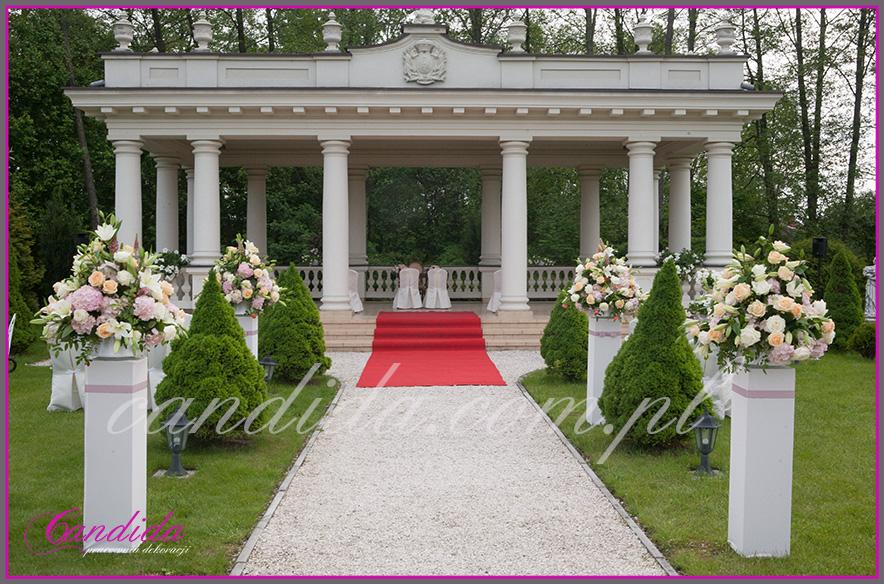 ślub w plenerze w Pałacyku w Otrębusach, dekoracje ślubu plenerowego, kompozycje kwiatowe na postumentach