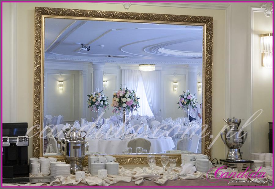 dekoracje weselne w pałacyku w Otrębusach, kompozycje kwiatowe , kandelabry, świeczniki