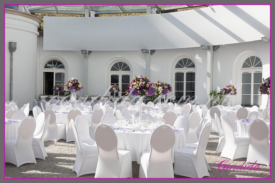 dziedziniec FORT Sokolnickiego, idealna sala weselna, dekoracje kwiatowe stołów gości, kompozycje kwiatowe w wysokich szklanych naczyniach. Candida pracownia dekoracji Grażyna Góska tel. +48504055969 candida@candida.com.pl