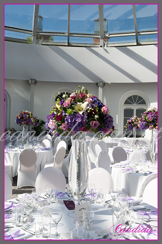 Dekoracja stołów weselnych FORT Sokolniciego, kompozycje kwiatowe w wysokich naczyniach szklanych. Candida pracownia dekoracji Grażyna Góska tel. +48504055969 candida@candida.com.pl