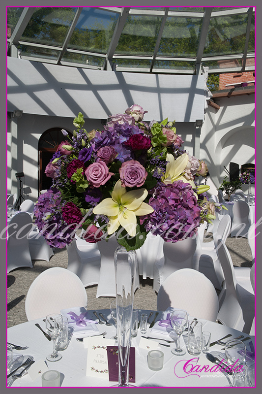 dekoracja kwiatowa stołu weselnego, FORT Sokolnickiego, kompozycja z hortensji, róż, lilii, eustomy, goździków w wysokim szklanym naczyniu. Candida pracownia dekoracji Grażyna Góska tel. +48504055969 candida@candida.com.pl