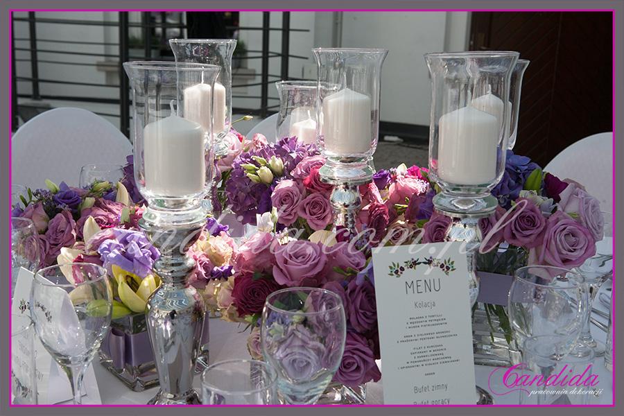 dekoracje kwiatowe stołu Młodej Pary w FORT Sokolnickiego, niskie kompozycje kwiatowe, świeczniki, mix kwiatówCandida pracownia dekoracji Grażyna Góska tel. +48504055969 candida@candida.com.pl