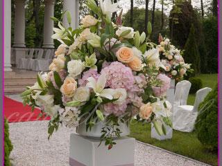 ślub w plenerze dekoracje kwiatowe ślubu w plenerze w Otrębusach 1 kompozycja kwiatowa na postumencie