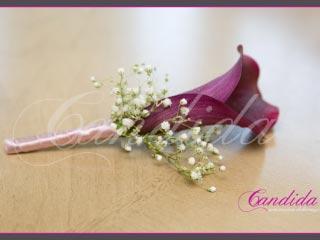 Butonierka dla Pana Młodego wykonana z różowej cantedeskii i gipsówki, butonierki 1