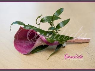 Butonierka dla Pana Młodego wykonana z różowej cantedeskii i ruscusa, butonierki 2