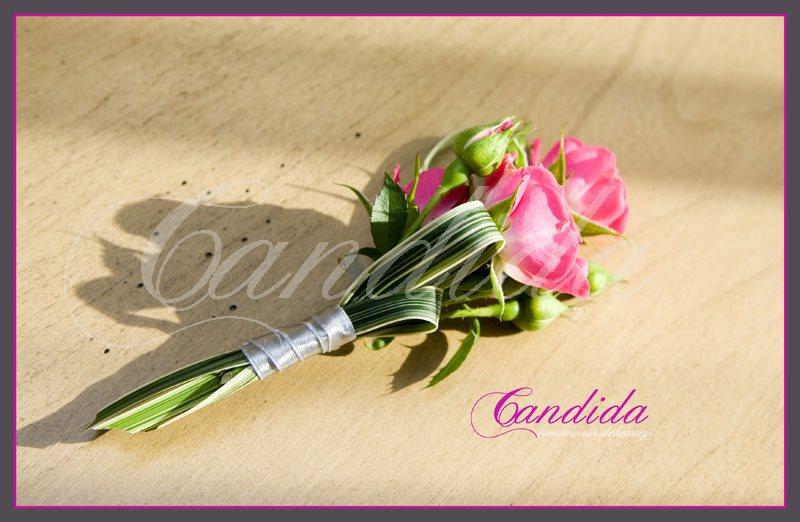 Butonierka dla Pana Młodego wykonana z róży gałązkowej, trawy ozdobnej, butonierki 4