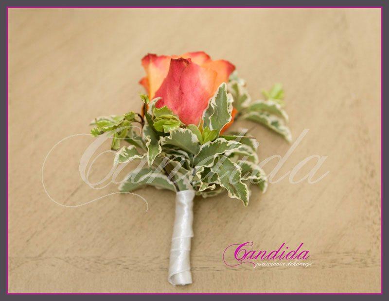 Butonierka dla Pana Młodego wykonana z pomarańczowej róży, pitosporum, butonierki 9