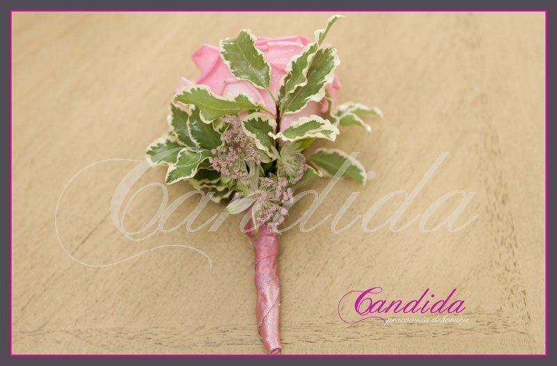 Butonierka dla Pana Młodego wykonana z różowej róży, pitosporum, butonierki 10